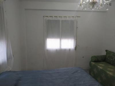 Single bedroom in a 3-bedroom apartment near Plaça de Salvador Allende