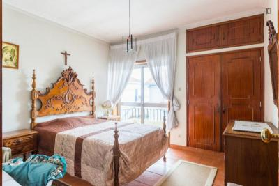 Double bedroom with a balcony in Maia