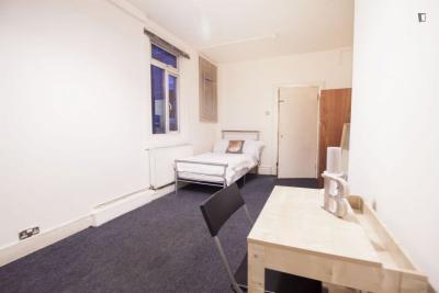 Cosy bedroom in 9-bedroom flat near Kilburn metro station
