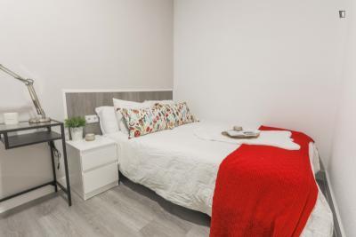 Quarto com cama de casal em apartamento com 9 quartos