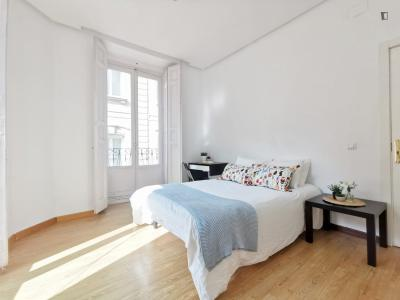 Double bedroom in a 7-bedroom apartment in central Madrid