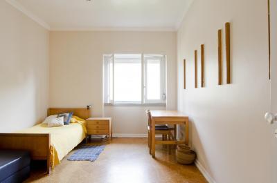 Cosy single bedroom in Restelo
