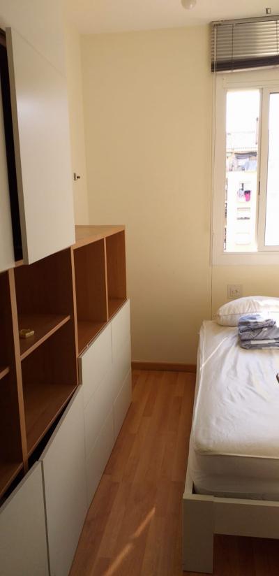 Single bedroom in a 3-bedroom apartment near Encants metro station