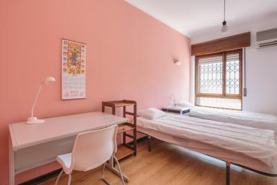 Bright twin bedroom close to Praça de Espanha metro station