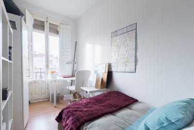 Bright single bedroom in an 8-bedroom flat, in Chamberí