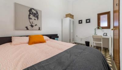Restful double bedroom in a cool flat, in the Eixample neighbourhood