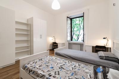 Einbett in Mehrbettzimmer in 9-Schlafzimmer Wohnung