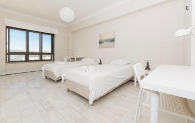 Welcoming twin bedroom in Sete Rios
