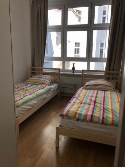 Single bed in a twin bedroom in Schöneberg
