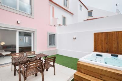 Exquisite 2-bedroom apartment, with backyard and hot tub, in Restelo