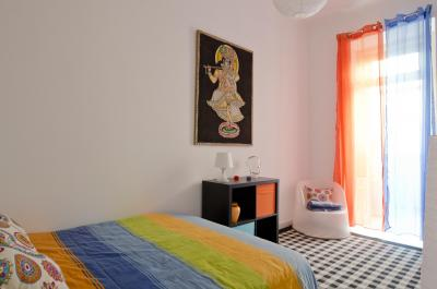 Colourful 1-bedroom apartment in Xabregas
