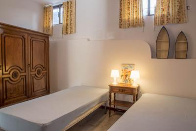 Single bed in a twin bedroom in a 8-bedroom apartment