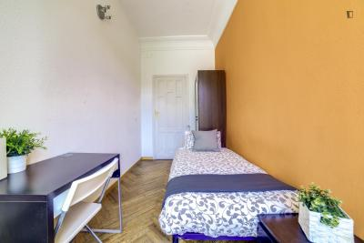 Single bedroom in 10-room apartment near Plaza de Oriente