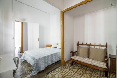 Amazing double bedroom with a balcony, in Vila de Gràcia