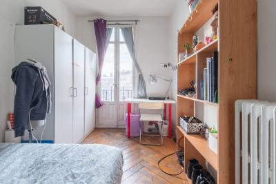 Cool double bedroom set in a spacious flat, located in Chamberí