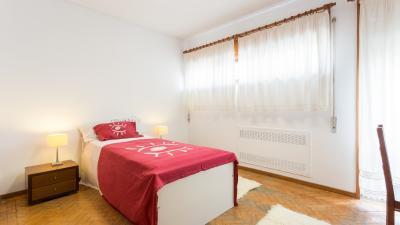 Camera da letto singola moderna e piacevole in un - Camera da letto singola ...
