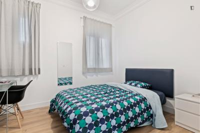 Double bed cozy room own bathroom in a 4 room apartment, near Arguelles Metro
