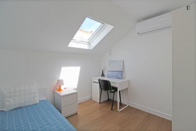 Beautiful single bedroom in Entrecampos