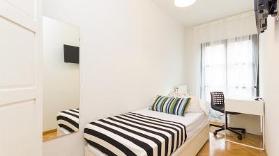Einzelzimmer in einem 8-Zimmer-Wohnung in der Nähe von U-Bahnhof Tetuán