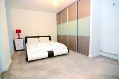 Lovely double ensuite bedroom near the Kilburn High Road train station
