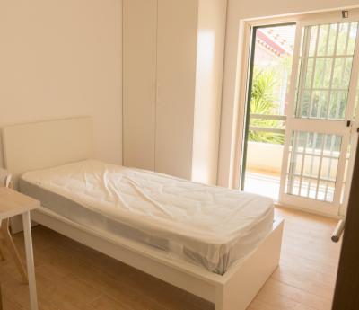 Elegant single bedroom in residential Linda-a-Velha