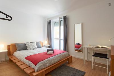 Bright double bedroom with access to a balcony, in Penha de França