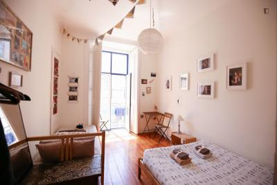 Nice twin bedroom in a residence, in Sé in a guest house