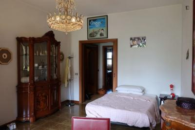 Spacios single bedroom with a balcony, in Tomba di Nerone