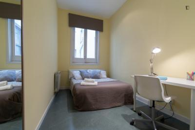 Double bedroom in 10-bedroom apartment