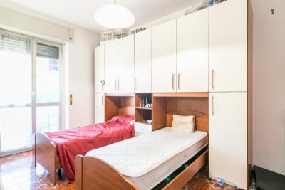Posto letto in una camera da letto doppia in un appartamento con 2 camere vicino al giardino - Culla vicino al letto ...