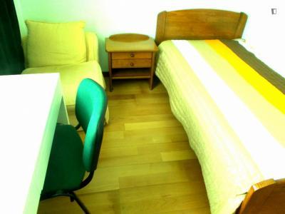Chambre simple dans un appartement de 5 chambres