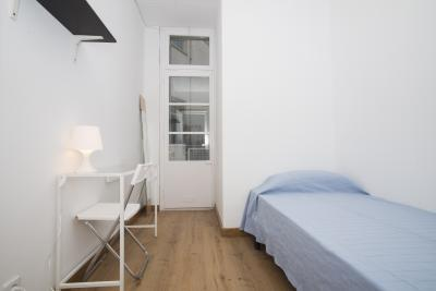 Charming single bedroom in 6-bedroom flat near the Urquinaona metro station