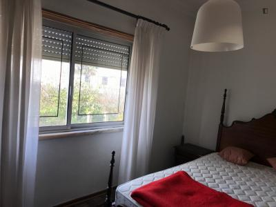 Perfect bedroom with double size bed in Caparica close to FCT Universidade Nova and 15 minutes from Lisbon
