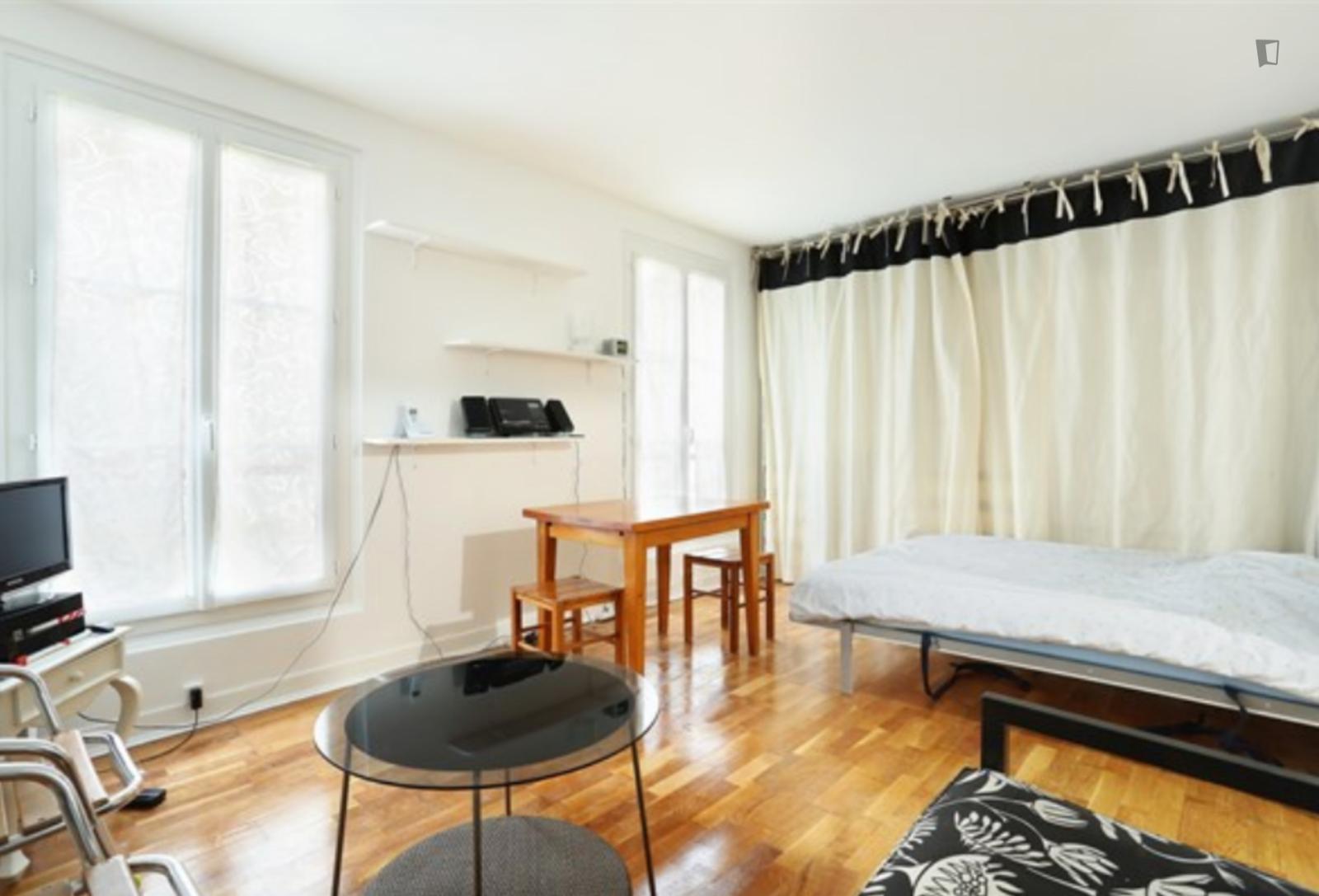 Rue Dulong, 17th arrondissement of Paris, FR-75 - 1,050 EUR/ month