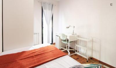 Sunny single bedroom in a student flat, in Goya