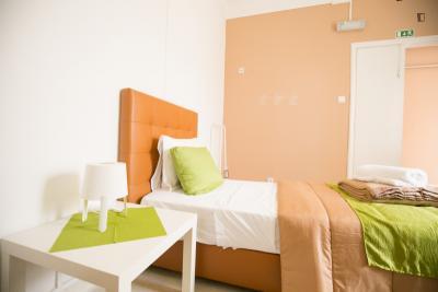 Einbettzimmer in 20-Schlafzimmer Wohnung