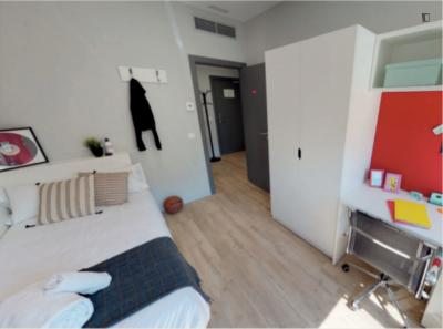 Nice bedroom in a 2-bedroom apartment in a residence near Vicente Aleixandre metro stop