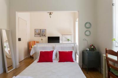 Einbettzimmer, mit Balkon, in 5-Schlafzimmer Wohnung