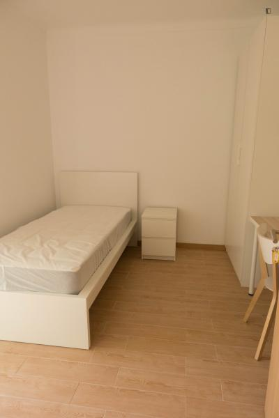 Appealing single bedroom in a student house, in Linda-a-Velha