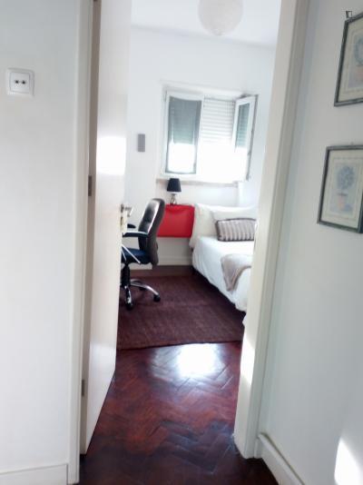 Einbettzimmer, mit privates Badezimmer und Balkon, in 5-Schlafzimmer Wohnung
