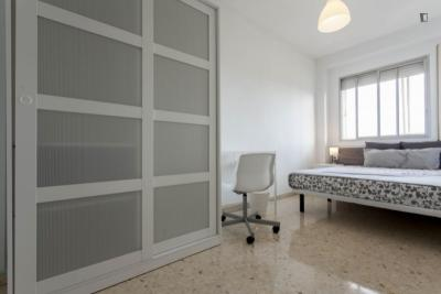 Welcoming double bedroom in a student flat, in Camins al Grau