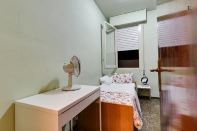 Snug single bedroom in Esquerra de l'Eixample