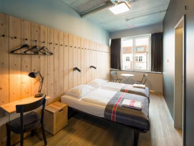Lovely twin ensuite bedroom, in a hostel near Oranienburger Straße transport station
