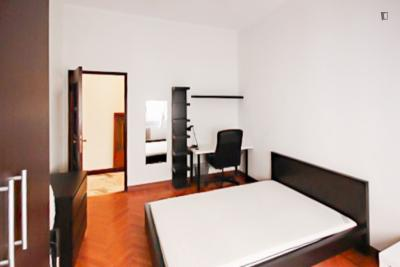 Nice double bedroom in a 5-bedroom apartment near Milano Dateo train station