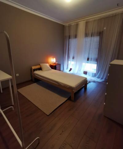 Single bedroom in a 4-bedroom apartment near Universidade Fernando Pessoa
