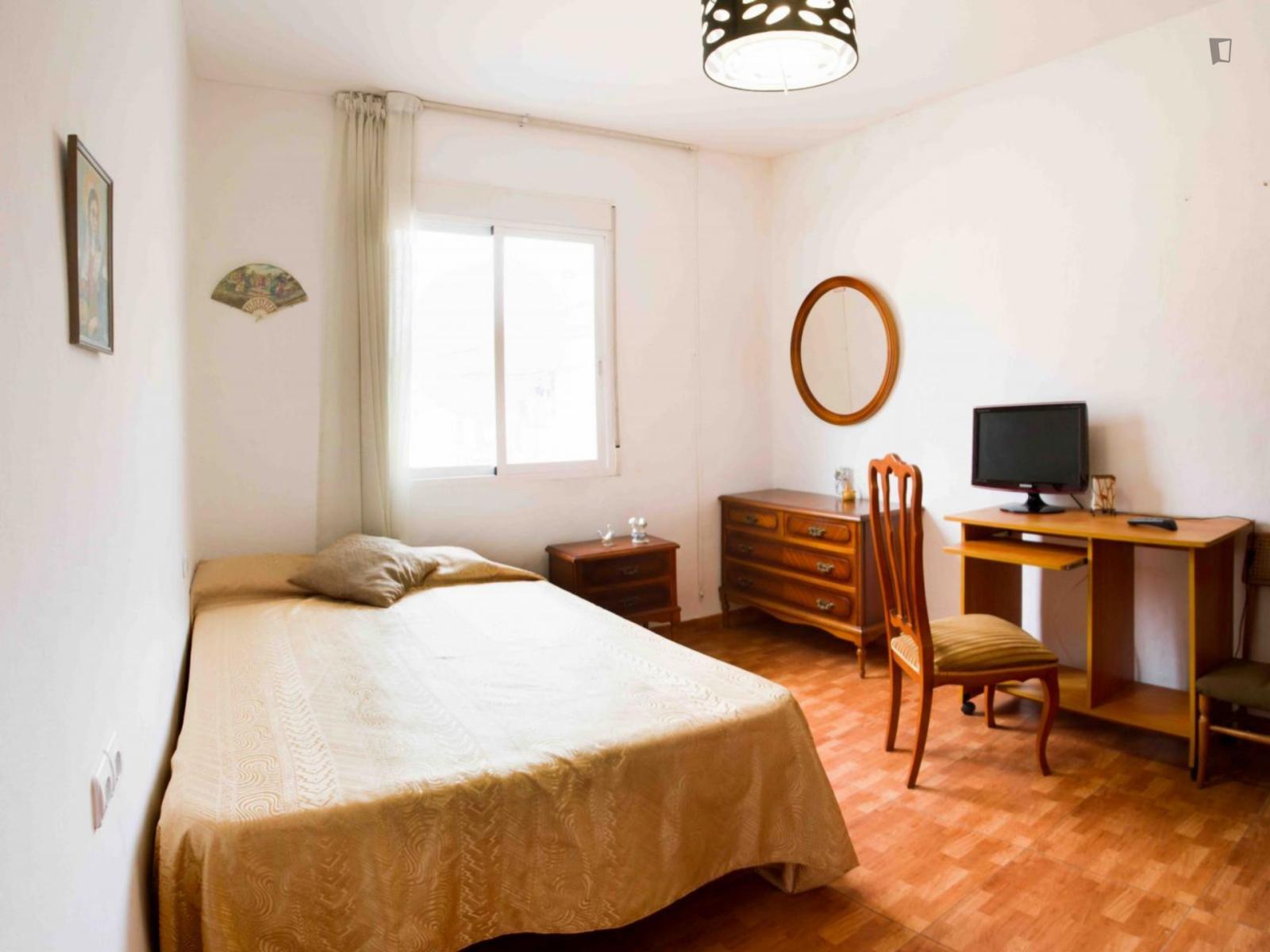 Carrer del Mondúver, VALENCIA, AZ - 220 USD/ month