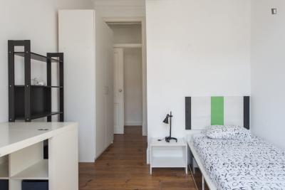 Vasca Da Bagno Uma : Stanza singola con bagno privato e un balcone in un appartamento