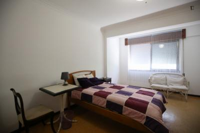 Homely and bright single room in Benfica