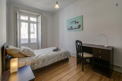 Roomy single bedroom near the Alameda metro