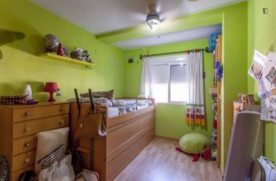 Nice single bedroom near Campanar metro station